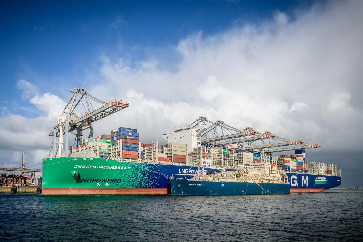 World premiere: bunkering of a new-generation LNG-powered container ships begins in Rotterdam