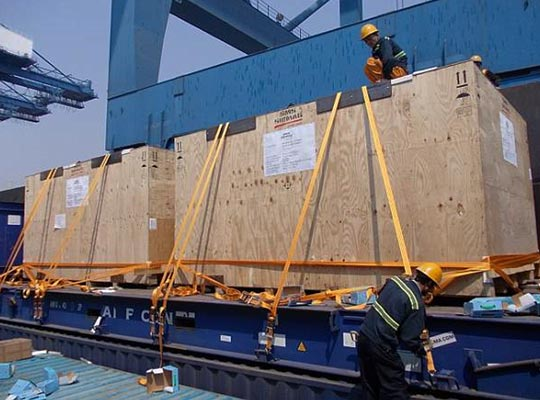 Crates, securing of crates on flat racks